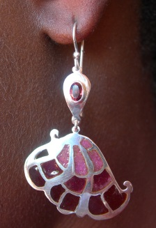Earrings in sterling silver with faceted garnet
