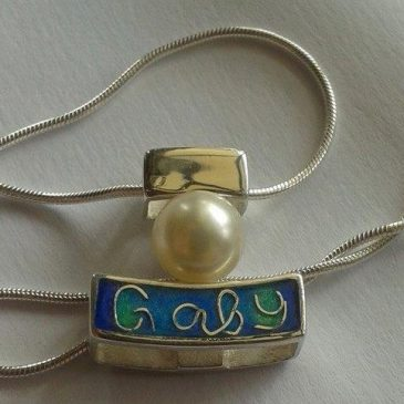Name pendant in enamel with pearl